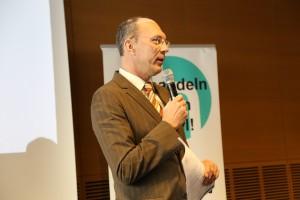 WDR-Moderator Kay Bandermann begrüßt die Teilnehmer