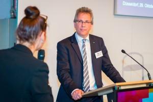 Der Präsident des Handelsverbandes NRW im Gespräch mit Moderatorin Andrea Kurtz. Foto: Sebastian Sachs
