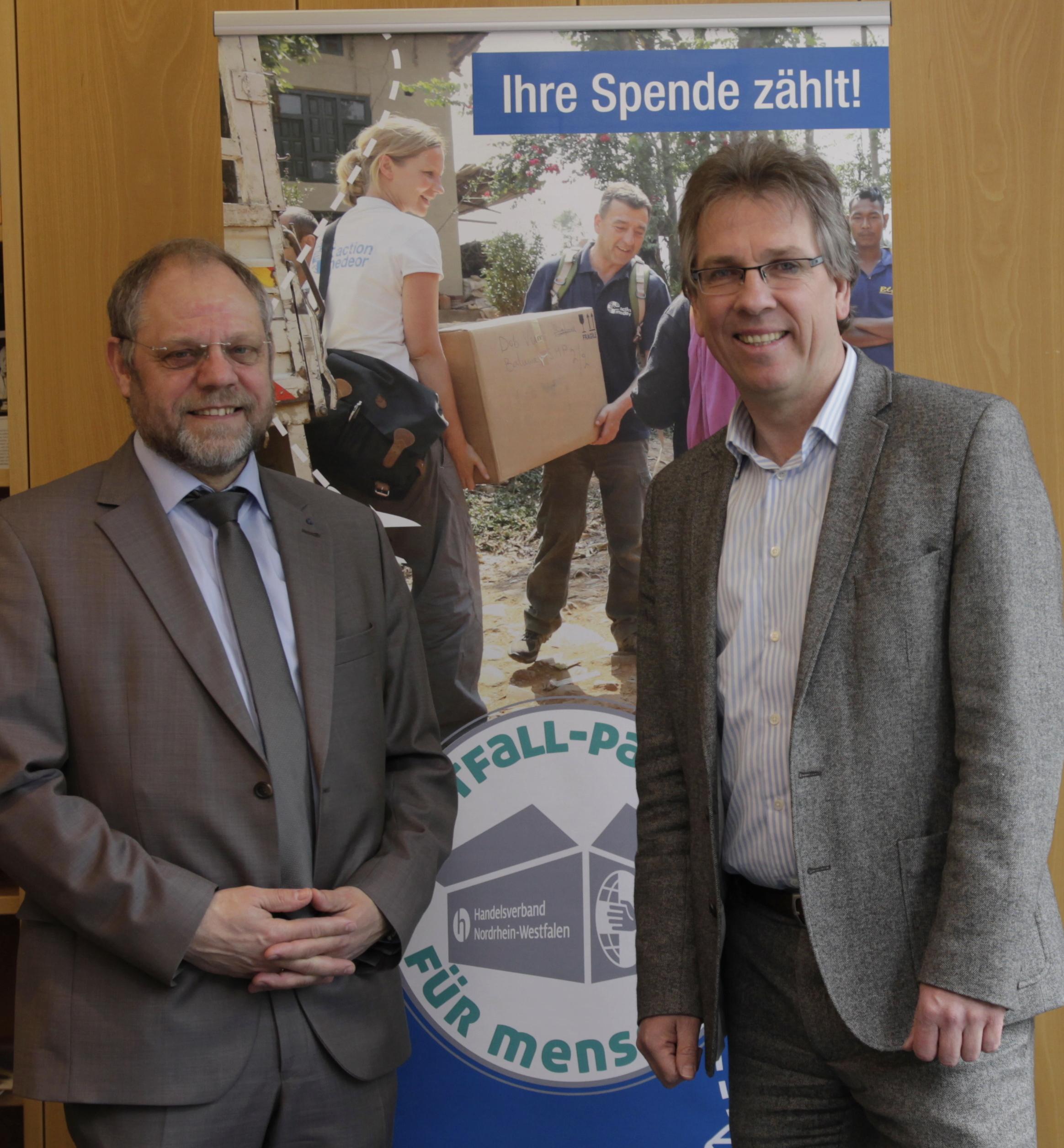 Bernd Pastors, Vorstandssprecher action medeor, und Michael Radau, Präsident des Handelsverbandes NRW, gaben den Startschuss für die gemeinsame Kampagne